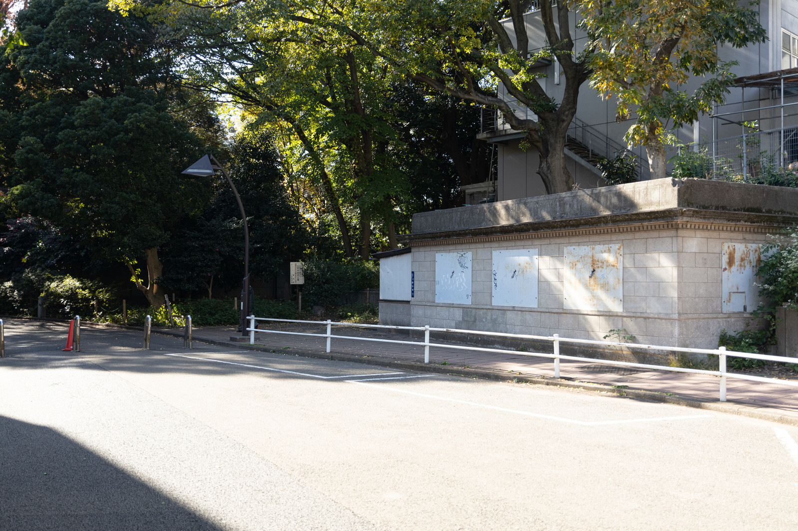 「閉鎖している旧動物園口(旧博物館動物園駅)」の写真