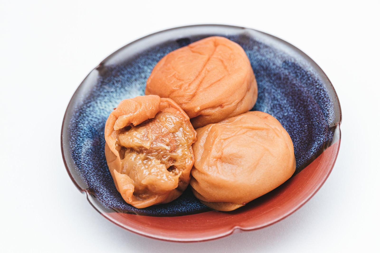 「梅肉部分の丸出し梅干し」の写真