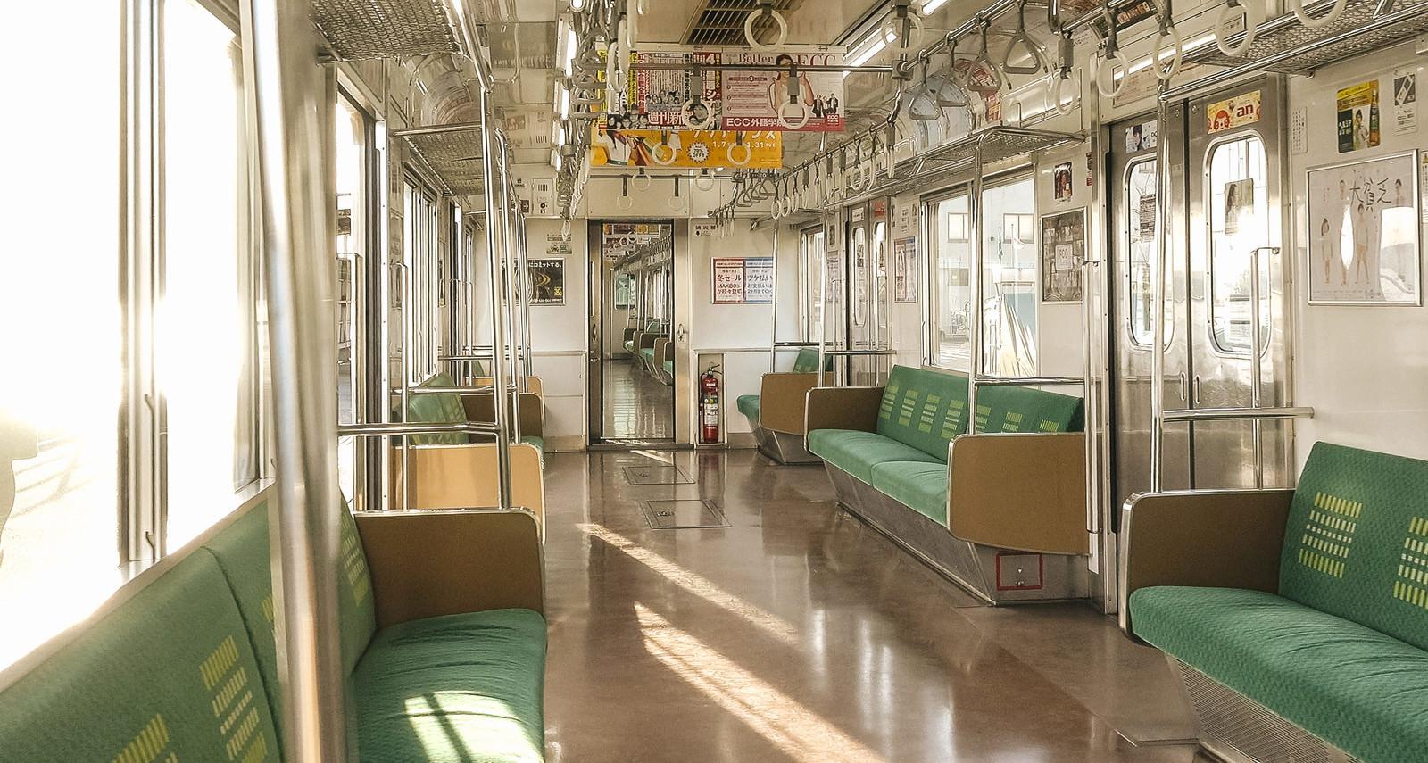 「終着駅で停車中のJR鶴見線の車内」の写真