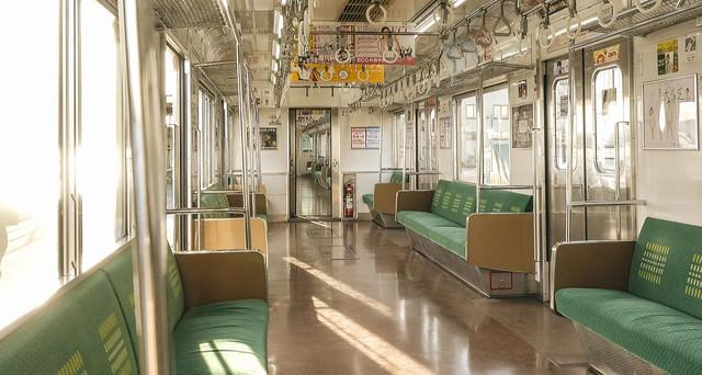 終着駅で停車中のJR鶴見線の車内の写真