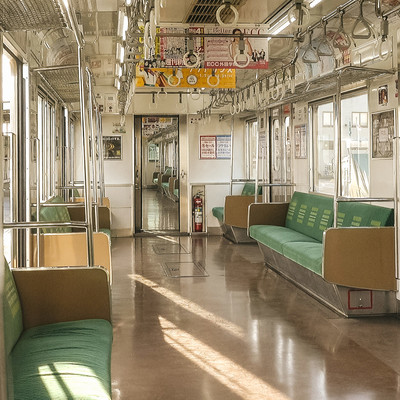 「終着駅で停車中のJR鶴見線の車内」の写真素材