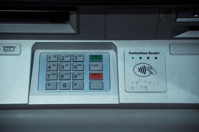 ATMの番号入力とリーダーの写真