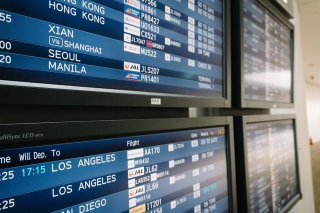空港の電光掲示板(海外)の写真