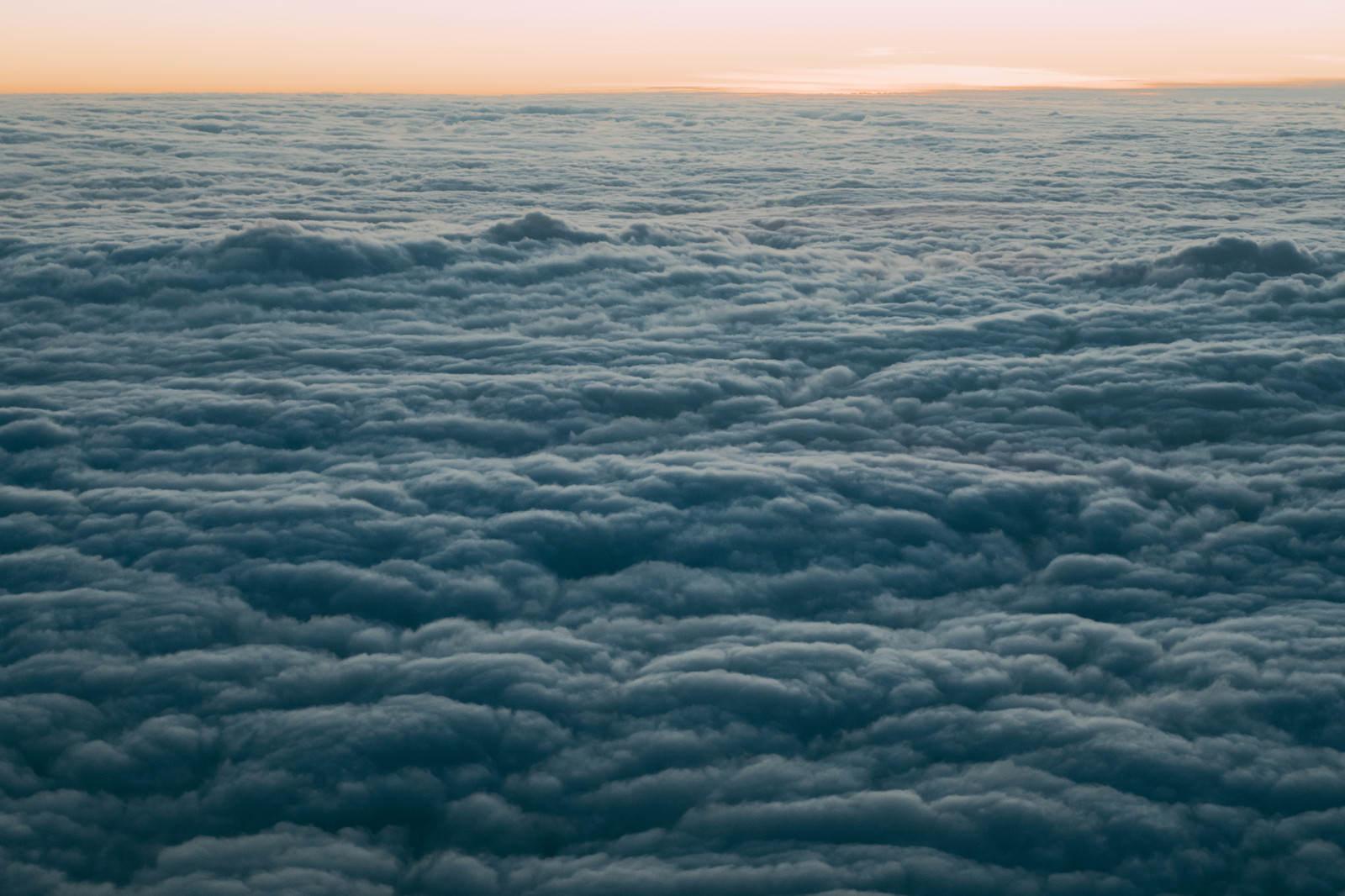 「雲で覆われた空(上空から)」の写真