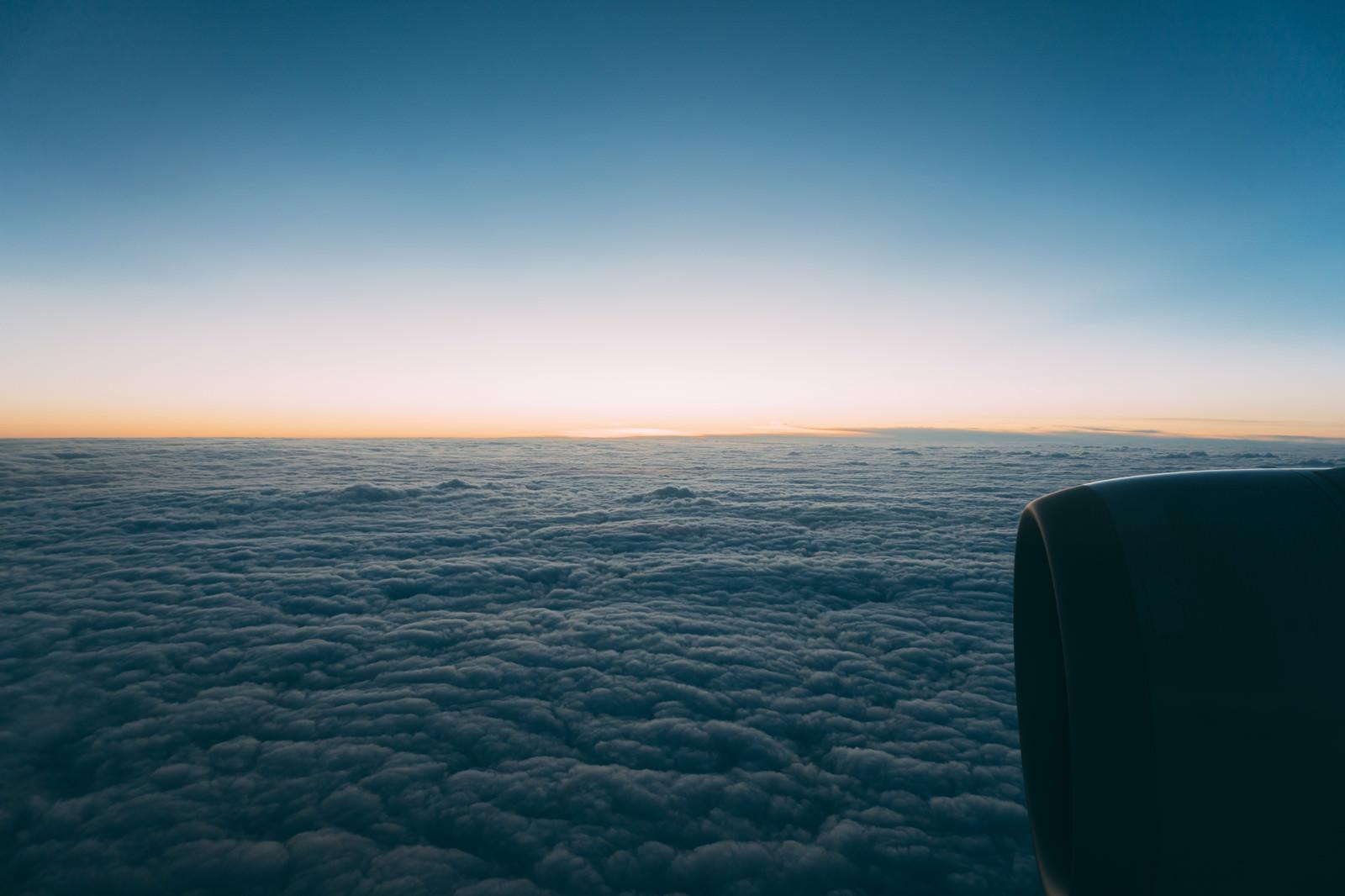 「雲海を抜けて上空からの様子」の写真
