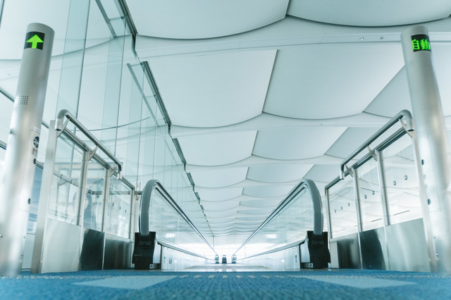 空港内の動く歩道の写真