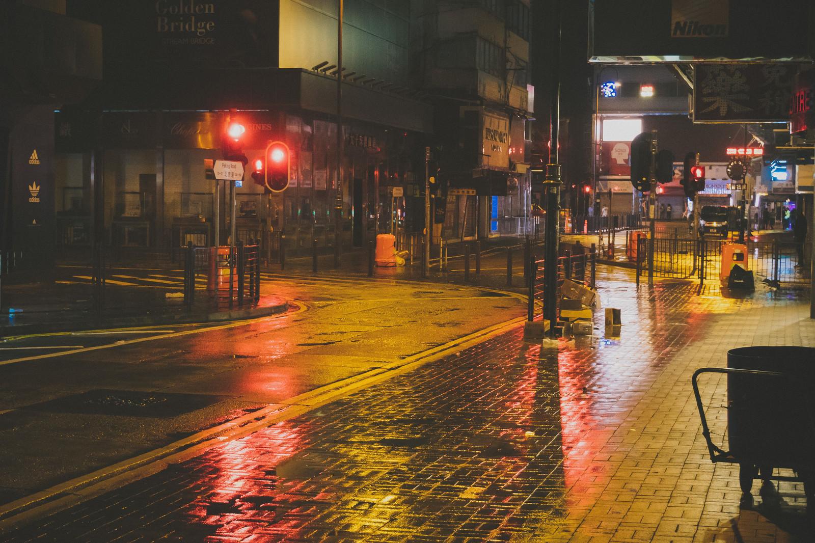 「雨で路面が濡れた街並み(尖沙咀)」の写真