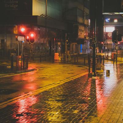 雨で路面が濡れた街並み(尖沙咀)の写真
