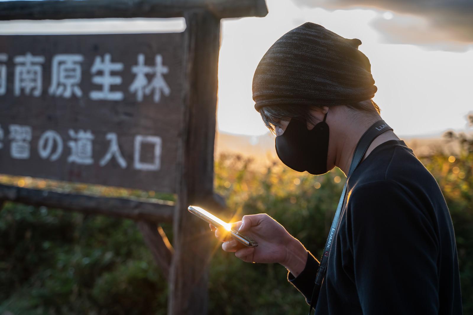 「位置情報ゲームで観光地に来た男性」の写真