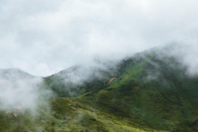 靄がたちこめる山の写真