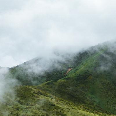 「靄がたちこめる山」の写真素材