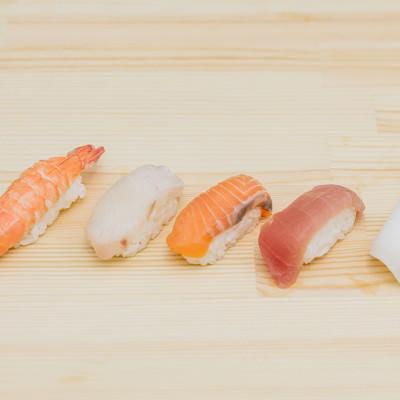 コンビニで売れ残ったカピカピに乾いた寿司のフリー素材