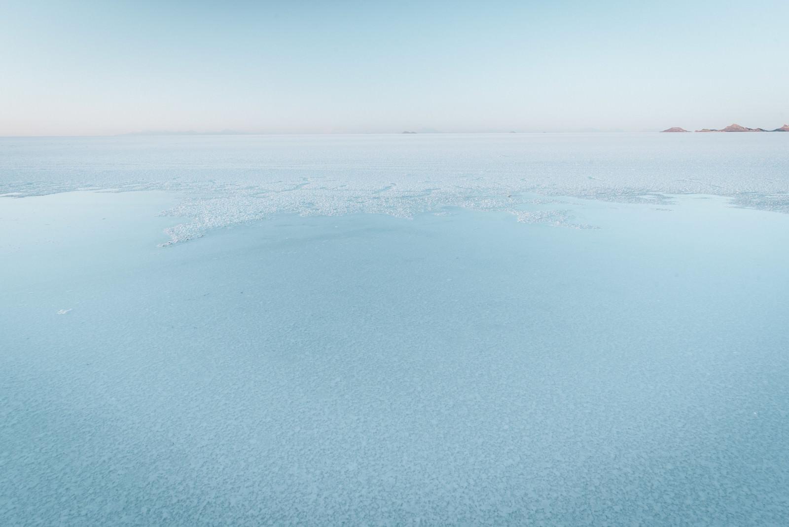 「近くで見るウユニ塩湖の水面」の写真