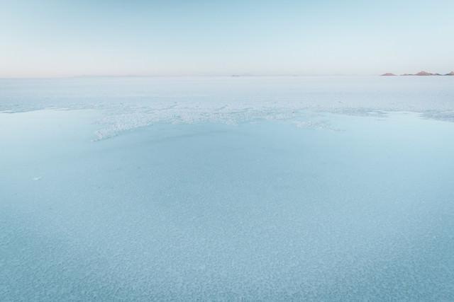 近くで見るウユニ塩湖の水面の写真