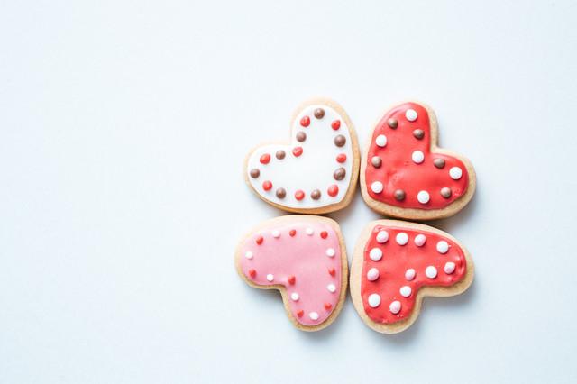 向き合うハートのクッキーの写真