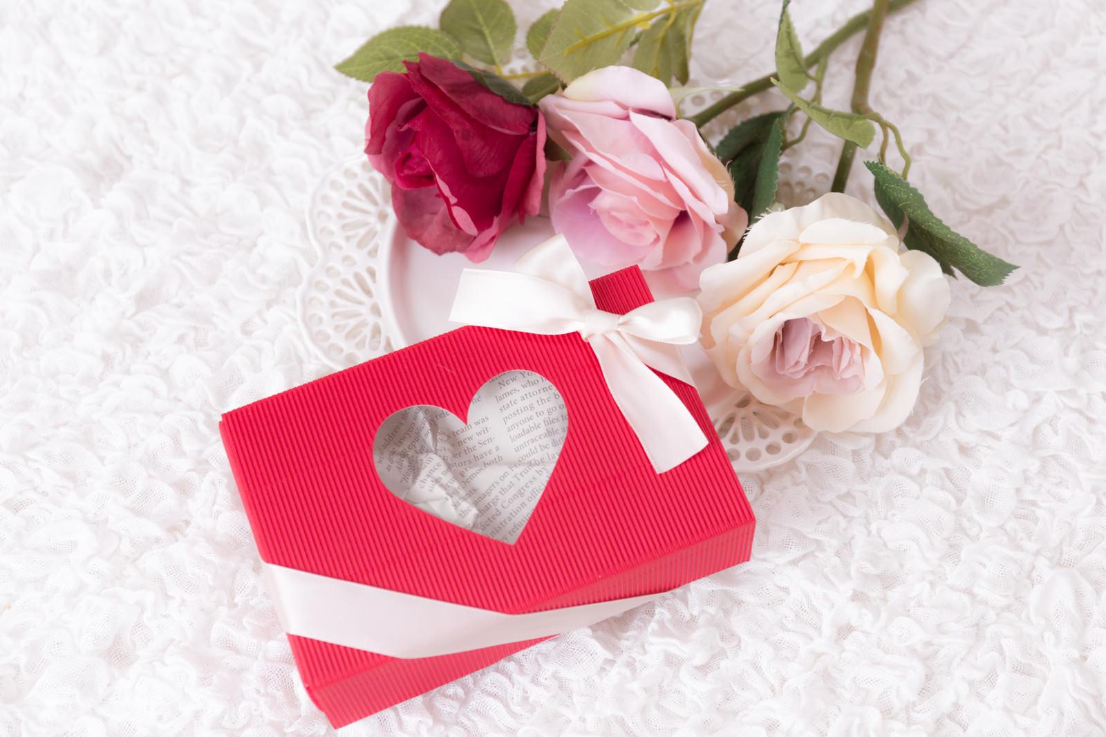 「赤いプレゼント用のギフトボックス」の写真