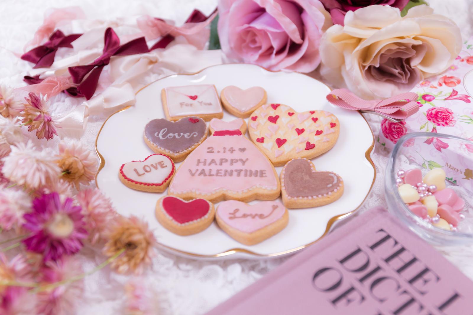 ピンク一色に囲まれたバレンタイン用のクッキーのフリー素材