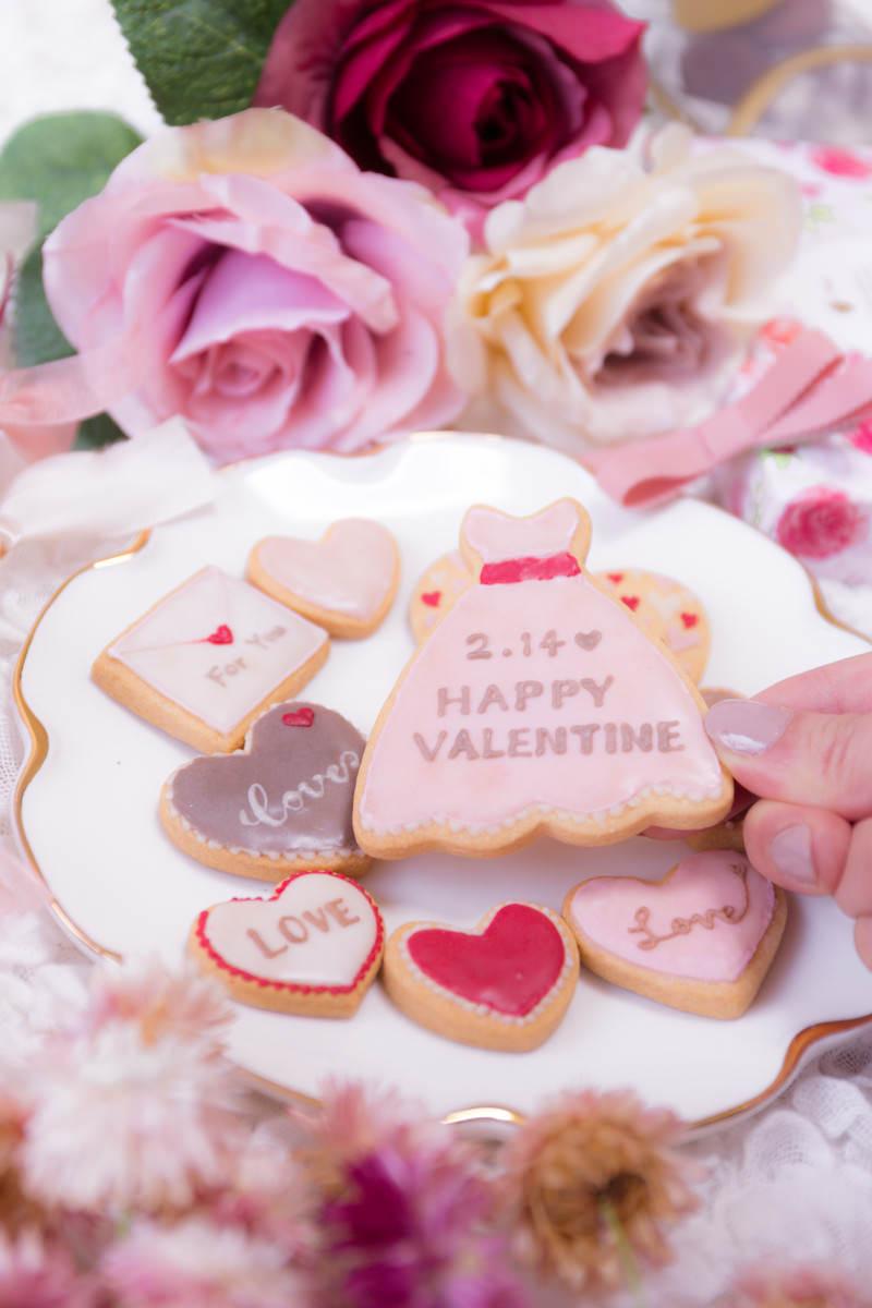 「手に取ったバレンタイン用のクッキー」の写真