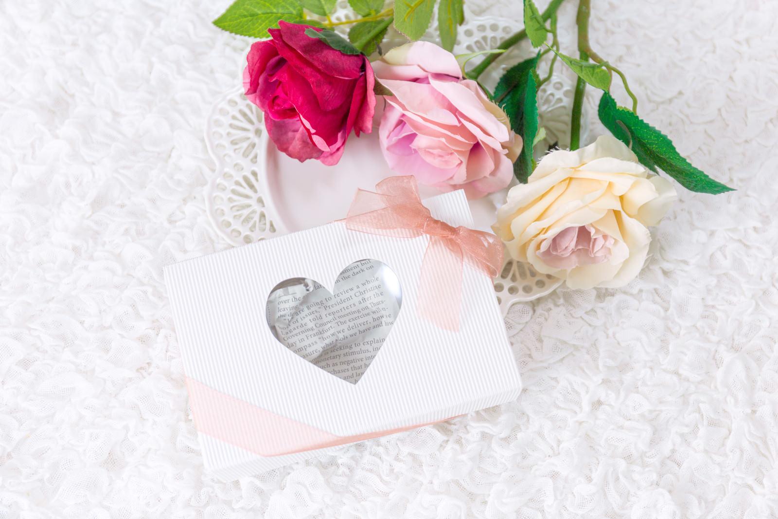 「バラの花と告白のプレゼント」の写真