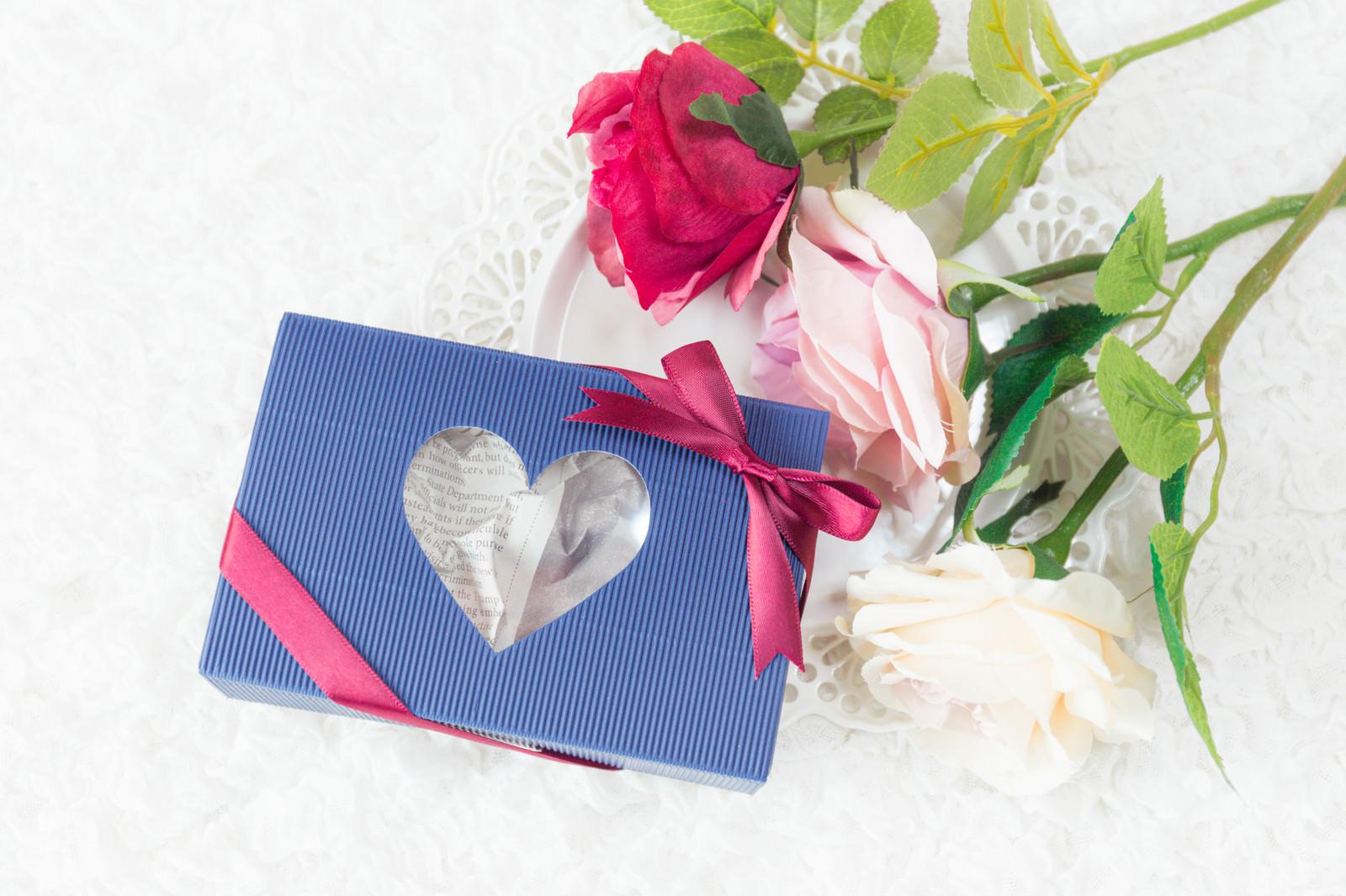 「薔薇と青い箱の感謝のプレゼント」の写真