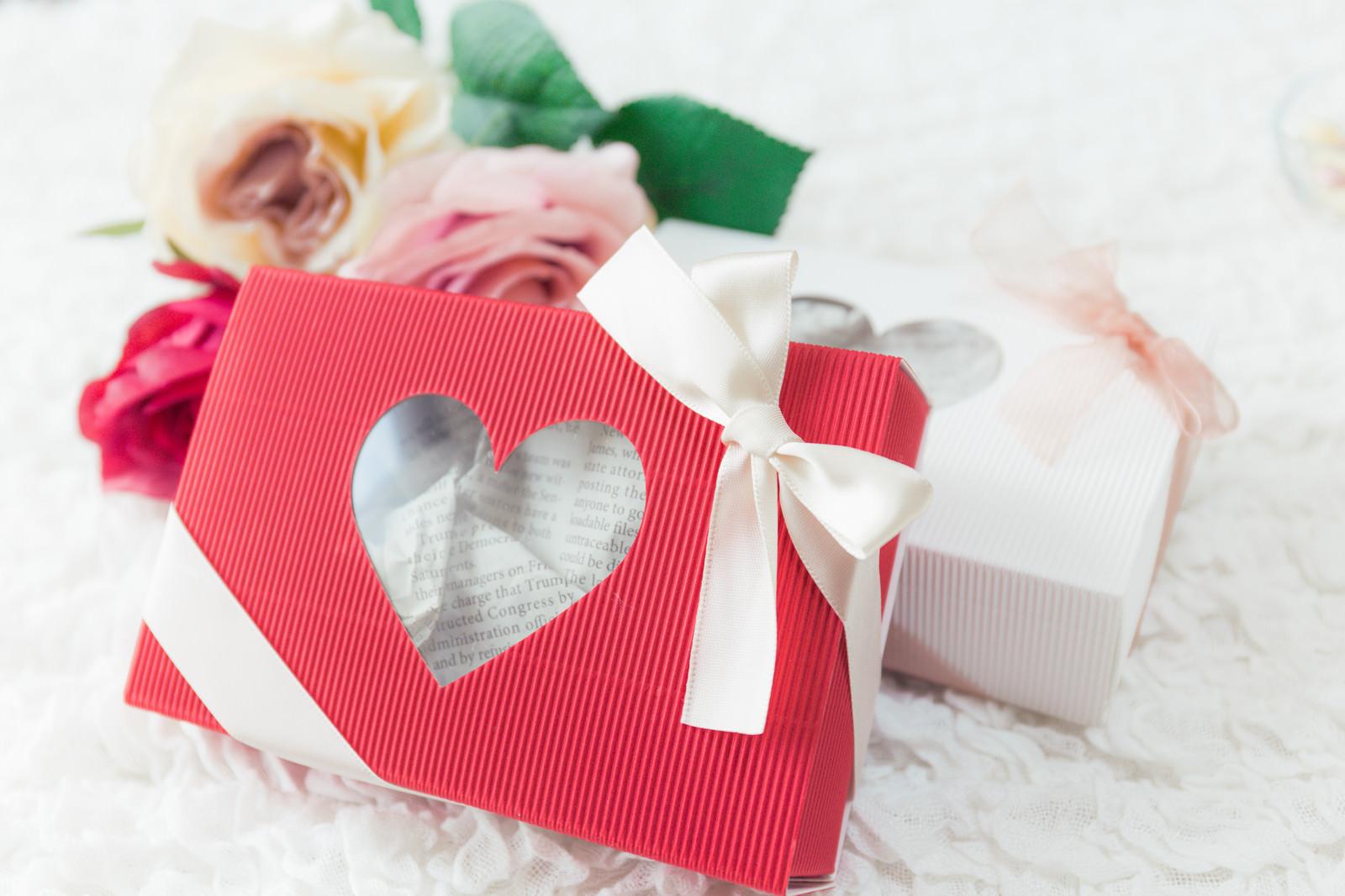「二人へ送るハートのプレゼントボックス」の写真