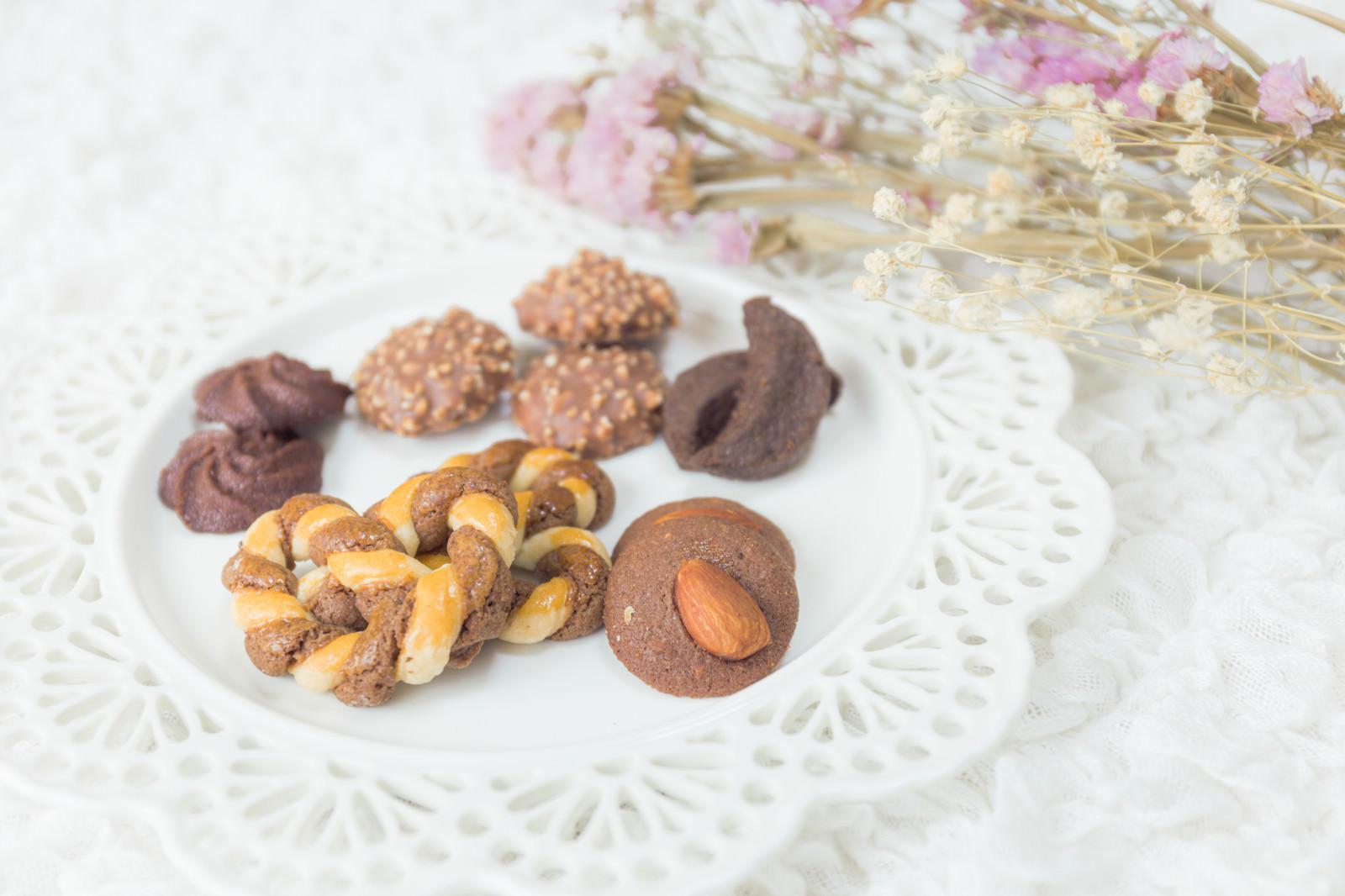 「皿に並べられたクッキー」の写真