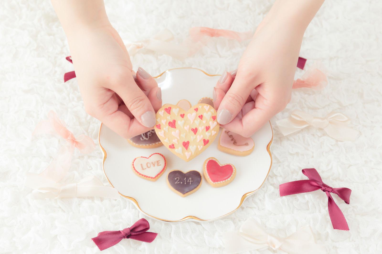 「両手でつまんだ手作りクッキー」の写真