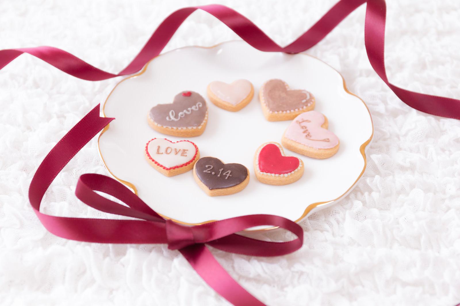 皿に並べた義理クッキー(バレンタイン)のフリー素材