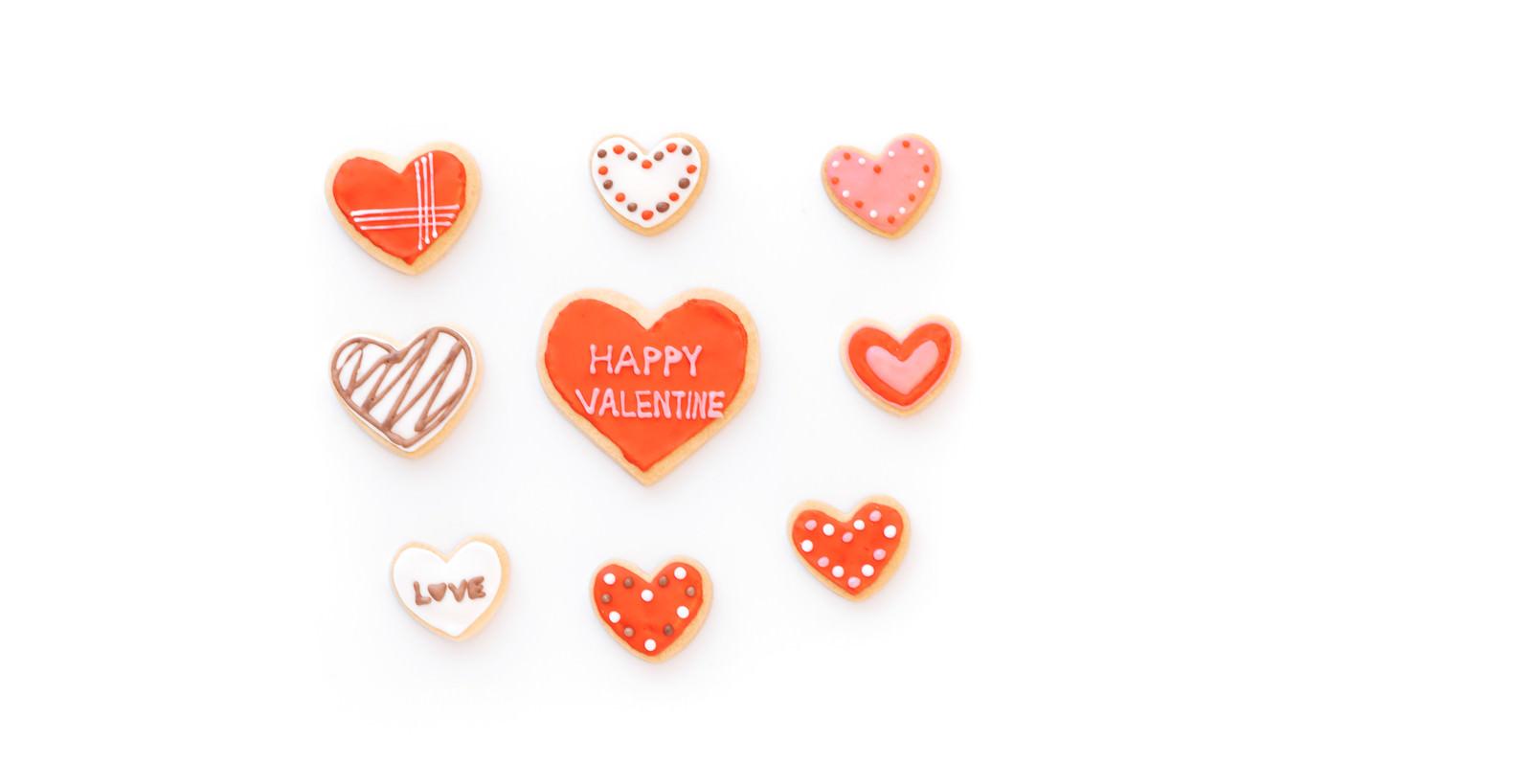 「ハートに囲まれるバレンタインクッキー」の写真