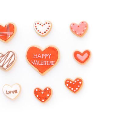 ハートに囲まれるバレンタインクッキーの写真