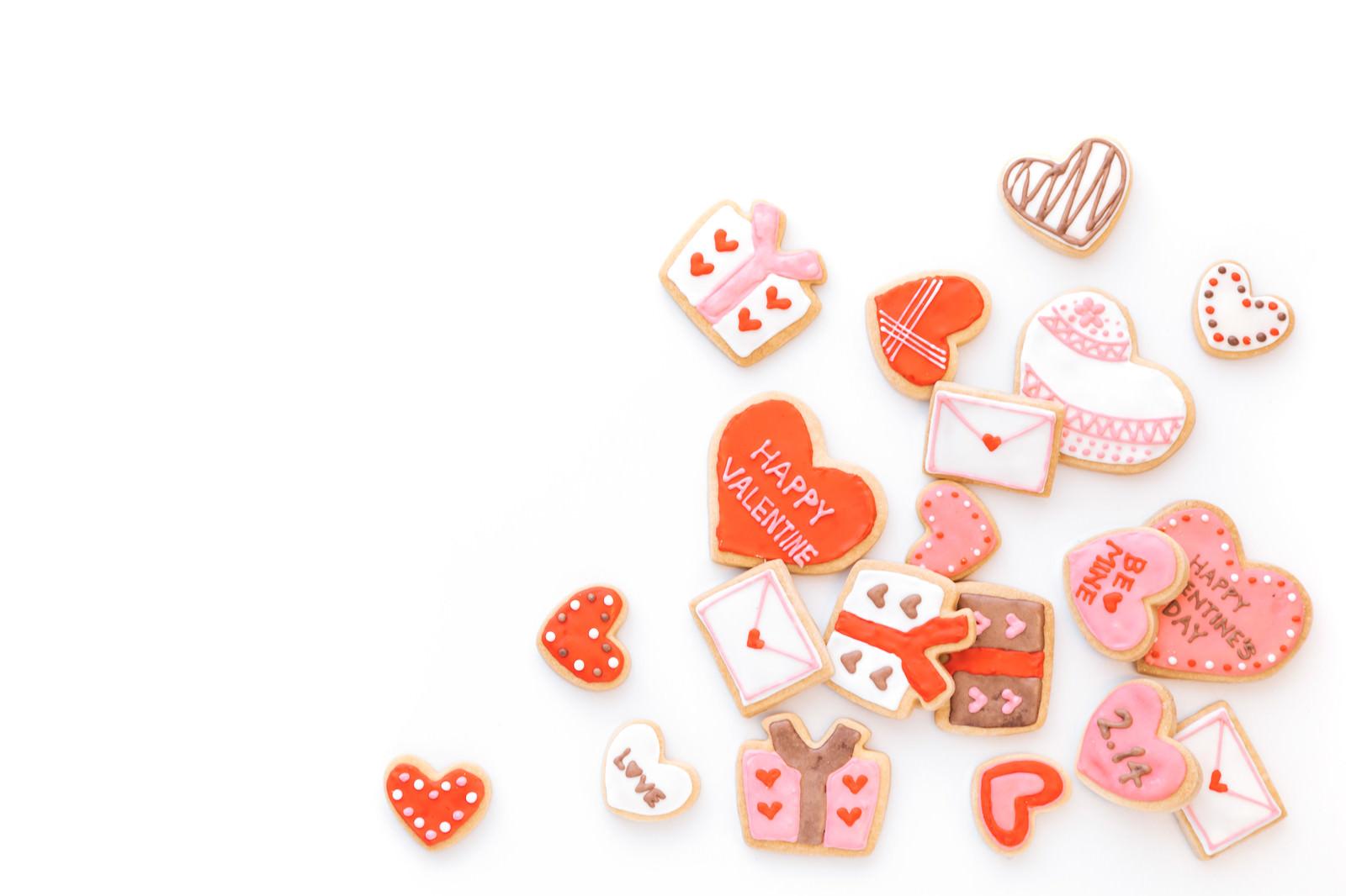 「散らばったハート型のクッキー」の写真