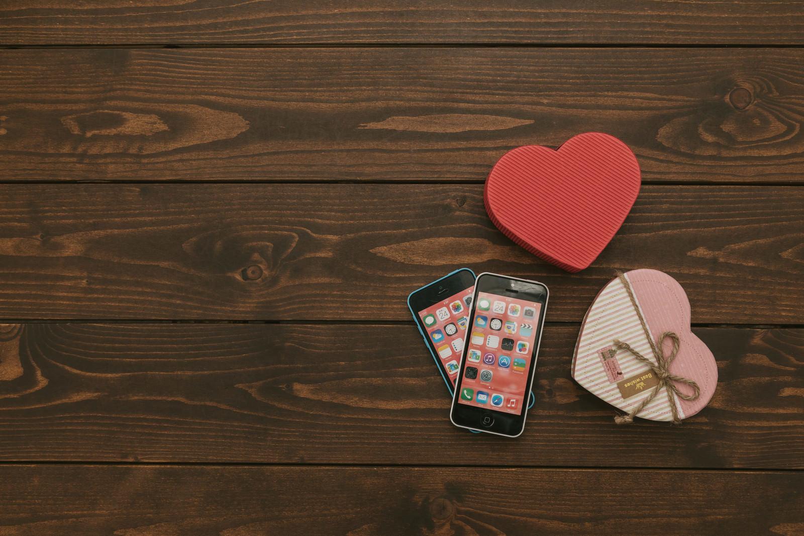 「2台のスマートフォンとハート2台のスマートフォンとハート」のフリー写真素材を拡大