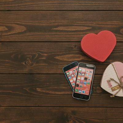「2台のスマートフォンとハート」の写真素材