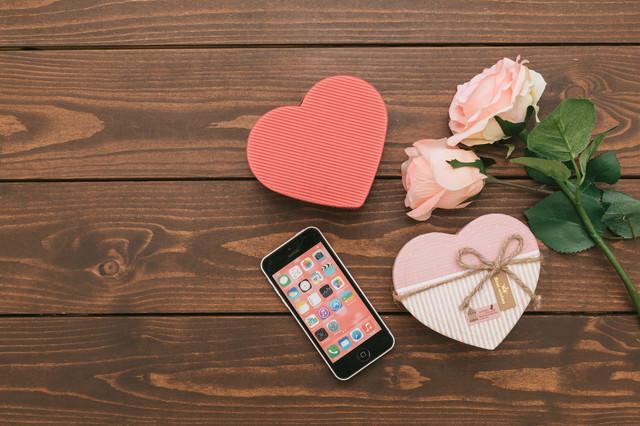 「SNSで告白してカップル誕生!ハート型のバレンタイン」のフリー写真素材