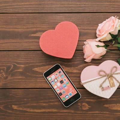 「SNSで告白してカップル誕生!ハート型のバレンタイン」の写真素材