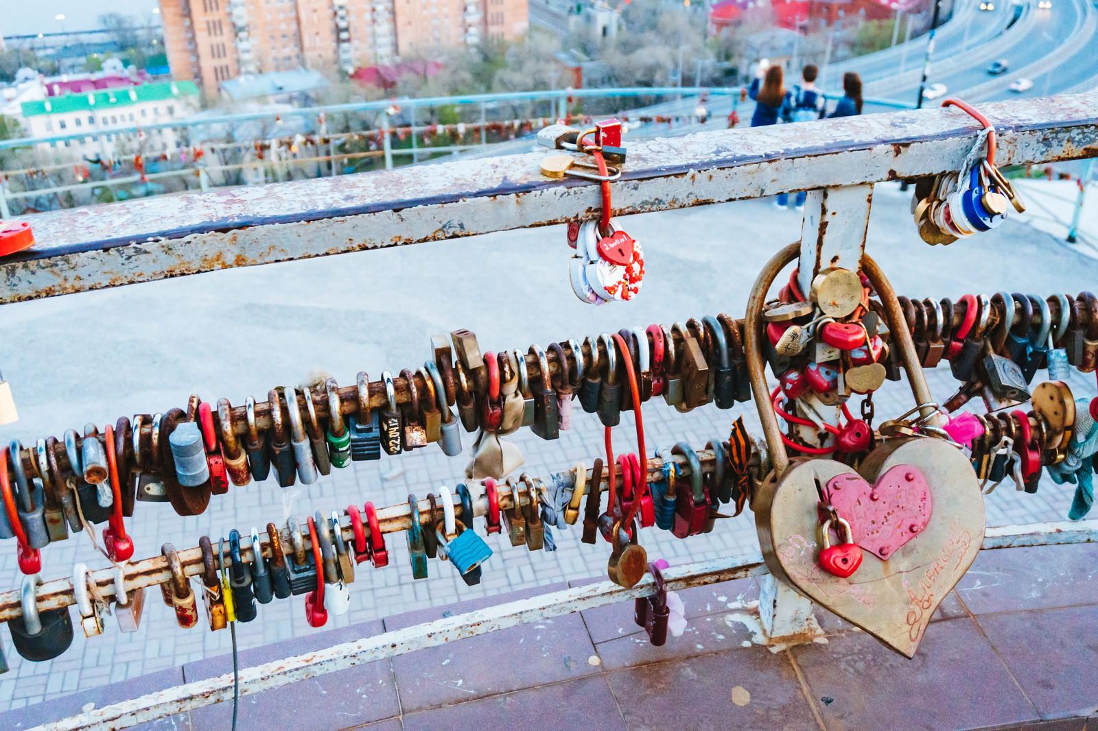 「手すり括り付けられたハート型の南京錠の数々手すり括り付けられたハート型の南京錠の数々」のフリー写真素材を拡大