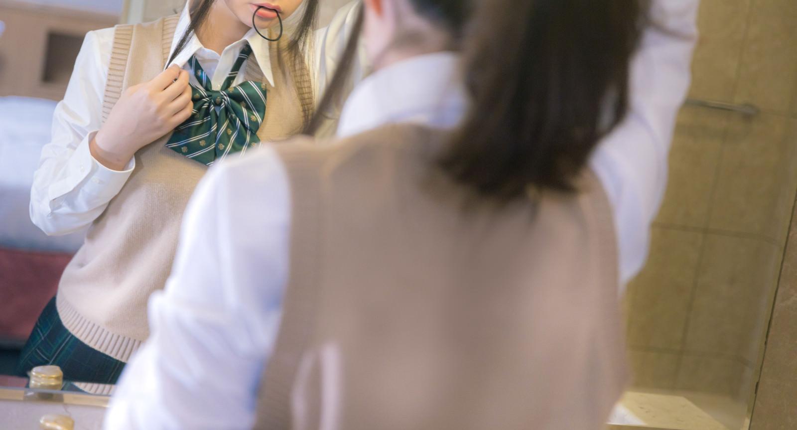 「咥え髪留め女子高生」の写真[モデル:石投げて美奈代]