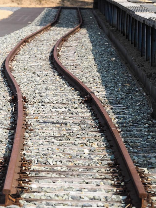 旧野蒜駅前の湾曲した線路の写真