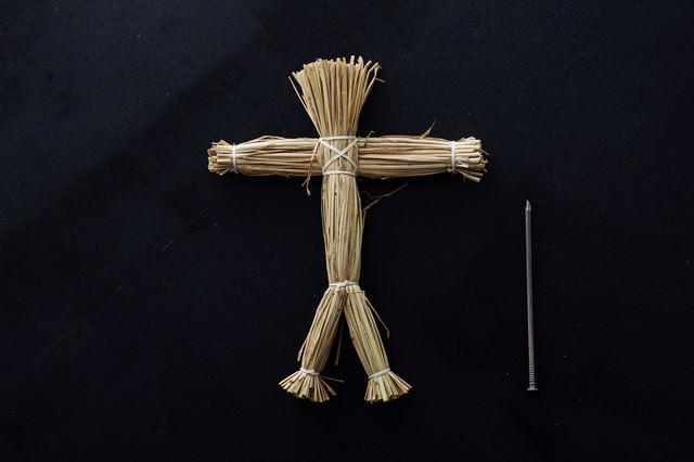 五寸釘と藁の人形の写真
