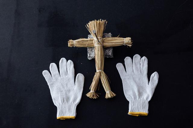 軍手と藁人形の写真