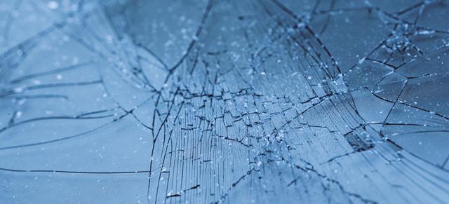 損傷したガラスフィルムの写真