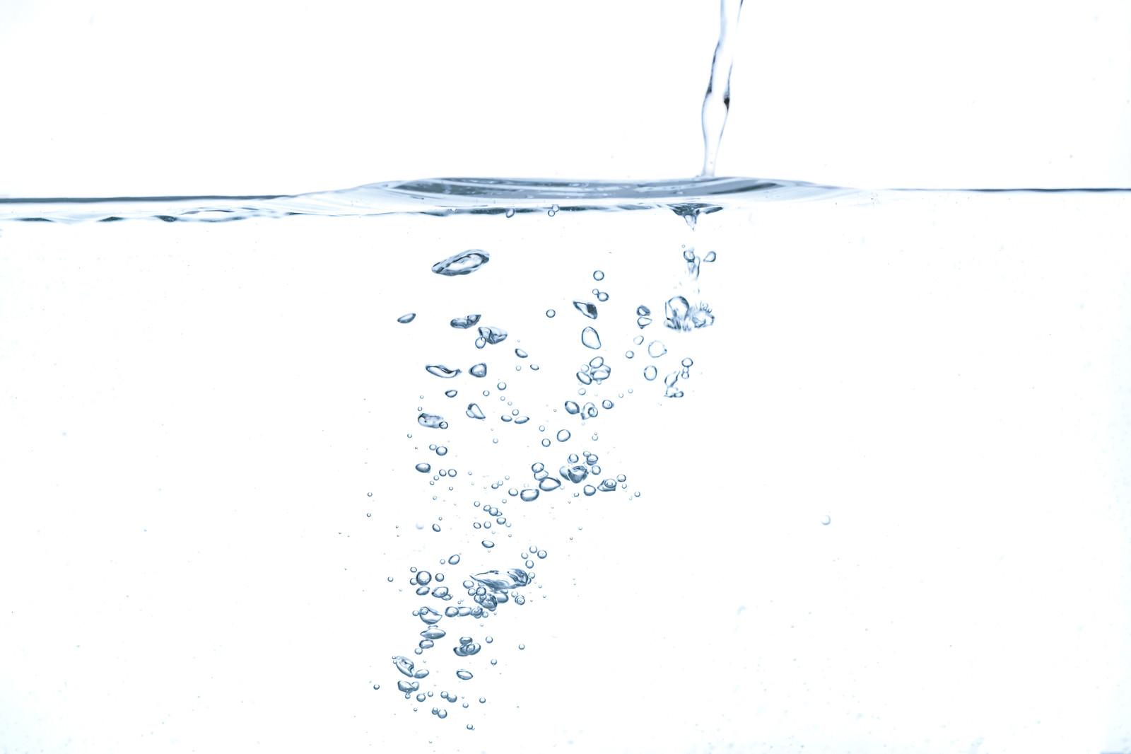 「水面と注ぐ水の気泡」の写真