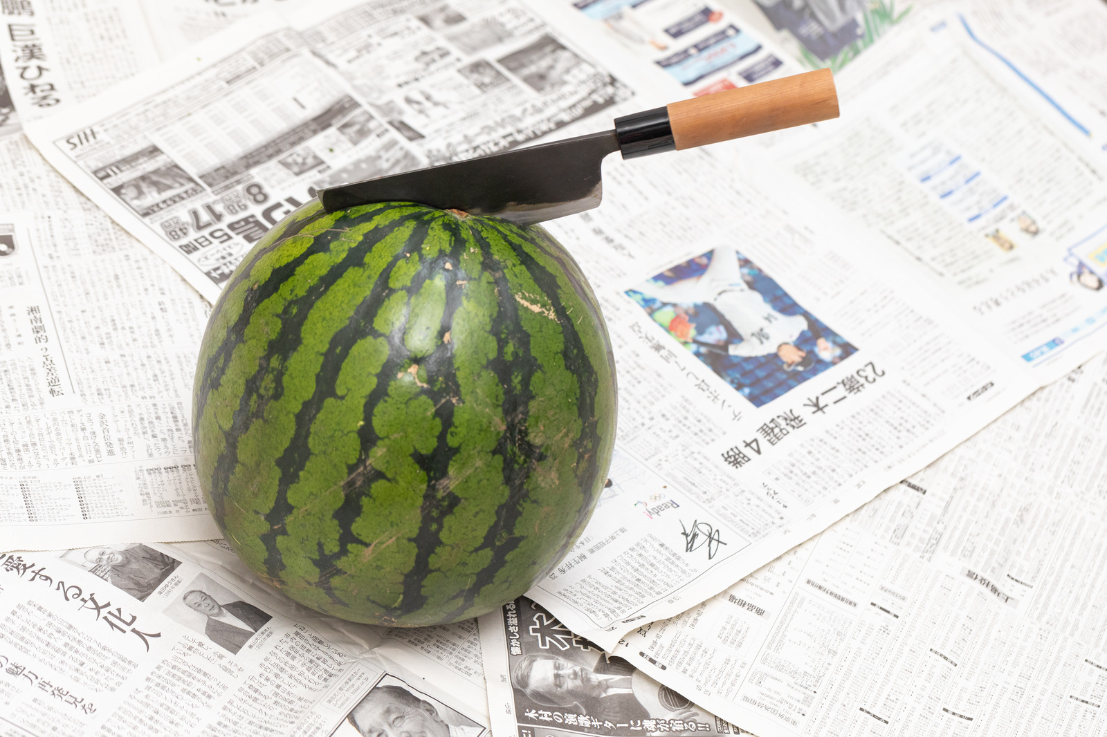 「薄刃包丁が西瓜にぐっさり」の写真