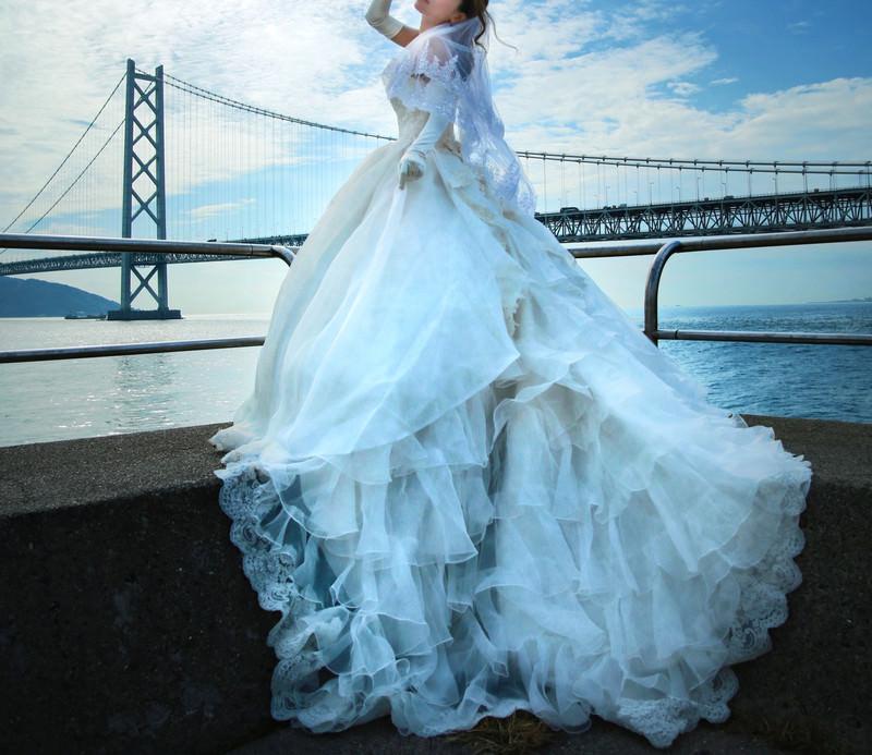 「明石海峡大橋を背にウェディングドレスの撮影」の写真