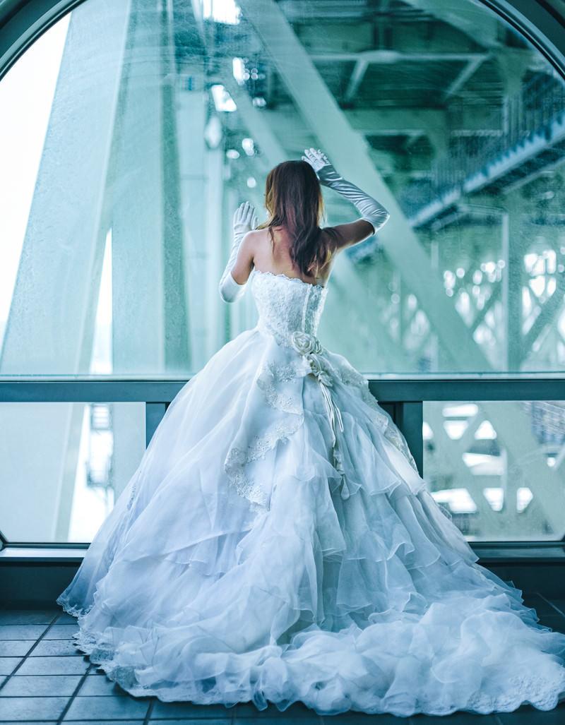 「高架下とウェディングドレス姿の女性」の写真