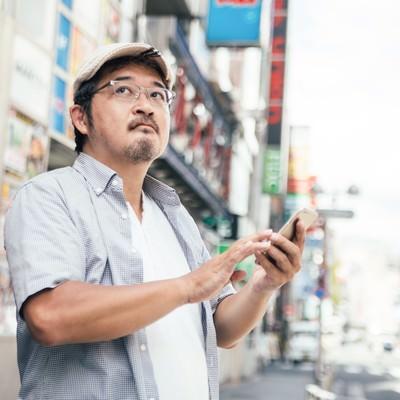 「お店の場所がなかなか見つからない男性(迷子クラスタ)」の写真素材