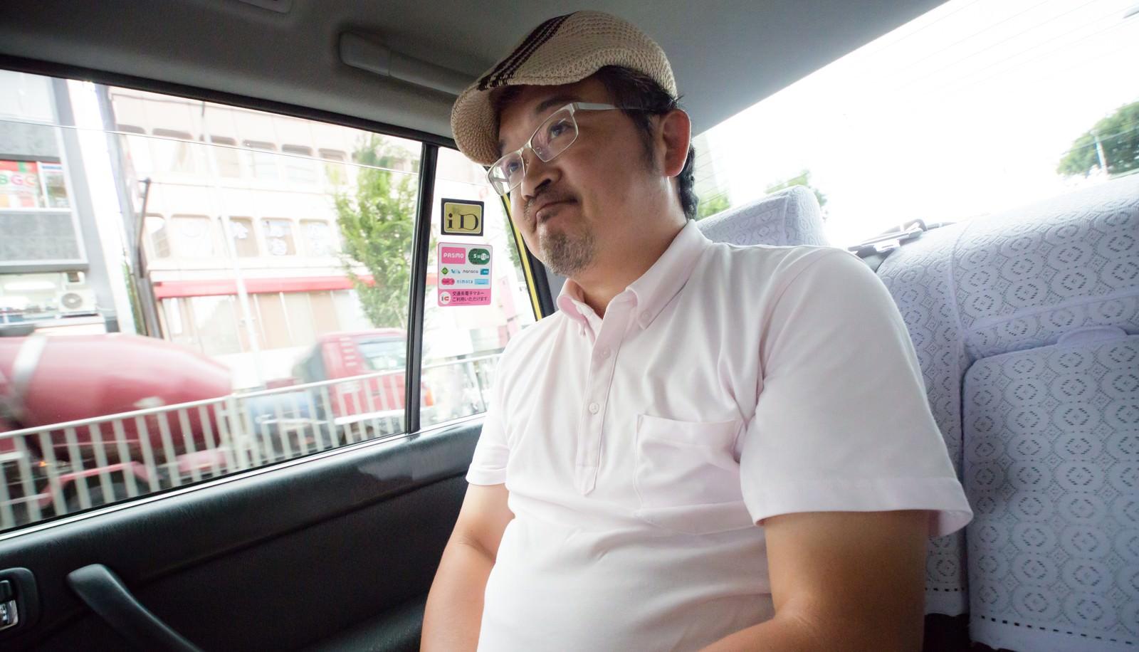 「タクシーの運転手に丸くなったと言われて苦笑いをするハンチング帽の男性タクシーの運転手に丸くなったと言われて苦笑いをするハンチング帽の男性」[モデル:ナリシゲ]のフリー写真素材を拡大