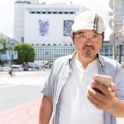 「現実は面白いことに満ち溢れていると訴えるハンチング帽の男性」の写真素材