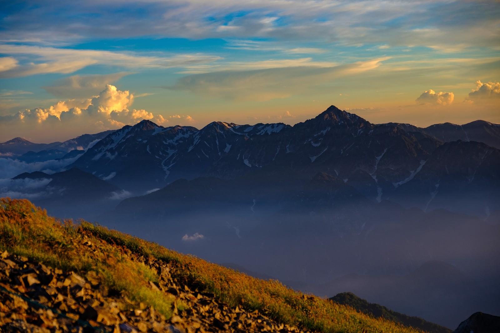 「オレンジに染まり始める立山連峰と剱岳」の写真