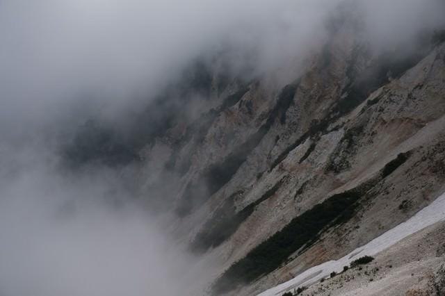 ガスに包まれた傾斜の山肌(白馬岳)の写真